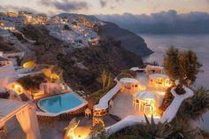 Isla de Santorini en Grecia. Santorín, Santorini, Tera, Thera o Thira es un pequeño archipiélago circular formado por islas volcánicas, localizado en el sur del mar Egeo, unos 200 km al sureste del territorio continental griego