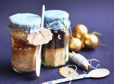 Jópofa ajándék azoknak, akik szeretik a jót, de nem tudnak főzni. Hozzávalók üvegben, utasítás mellékelve. Gourmet Gifts, Diy Gifts, Personalized Gifts, Muffin, Christmas Gifts, Gift Wrapping, Sweets, Cake, Handmade