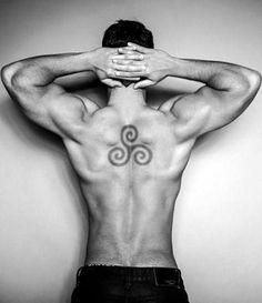 tatuajes con simbolos trisquel hombre
