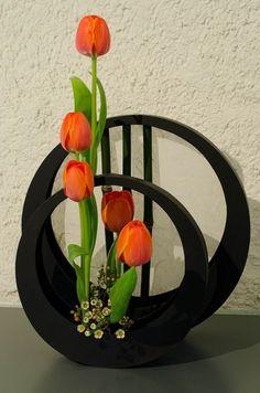 Ikebana - Elsa Antonetti by FoToZaTooS.always loved Ikebana.such a cute arrangement this is Ikebana Arrangements, Ikebana Flower Arrangement, Modern Flower Arrangements, Arte Floral, Deco Floral, Fresh Flowers, Silk Flowers, Beautiful Flowers, Flowers Vase