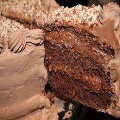Bolo mousse de chocolate, um bolo delicioso e fácil de fazer, você poderá fracionar nos potes, ou já montar nos potinhos, venda certa e faz um super sucesso com os clientes.