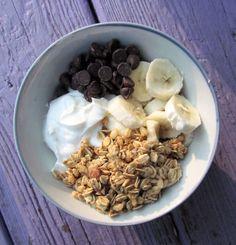 greek yogurt, granola, sliced banana and chocolate chips, approx. Healthy Desayunos, Healthy Breakfast Recipes, Healthy Snacks, Healthy Eating, Healthy Recipes, Breakfast Ideas, Clean Eating, Think Food, I Love Food