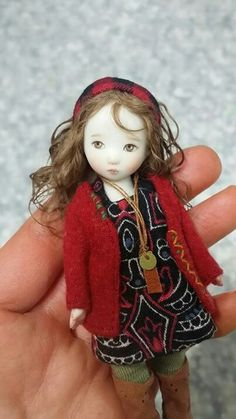 What a gorgeous face this doll has. She is made by Sun Joo Lee. Tiny Dolls, Old Dolls, Cute Dolls, Dollhouse Dolls, Miniature Dolls, Barbie, Polymer Clay Dolls, Paperclay, Little Doll