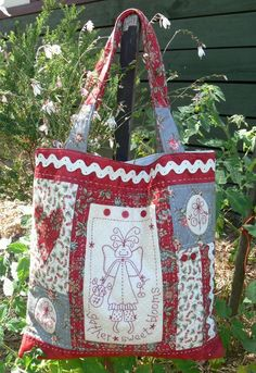 Gather Sweet Blooms - by Gail Pan Designs - Bag Pattern Quilted Tote Bags, Patchwork Bags, Patchwork Quilting, Reusable Tote Bags, Handmade Handbags, Handmade Bags, Fabric Patch, Fabric Bags, Diy Embroidery