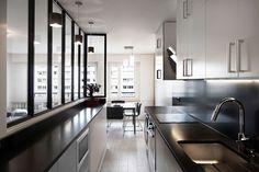 Une verrière graphique éclaire cette cuisine noire
