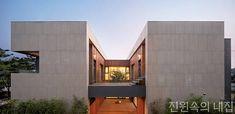 내외부가 연계된 중정이 놓인 개화동 주택 | 다음 뉴스 Modern Exterior, Exterior Design, Villa Design, House Design, Future House, My House, Interior Architecture, Building A House, New Homes