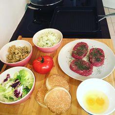 Hamburguer calórico porém saudável. #glútensim #champignon #tomate #mixdefolhasverdes #hamburguercaseiro #ovos #cebola