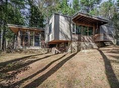 On the market: Marcel Breuer-designed Chamberlain Cottage in Wayland, Massachusetts, USA - WowHaus Marcel Breuer, Types Of Architecture, Modern Architecture, Wayland Massachusetts, Massachusetts Usa, Eco City, Walter Gropius, Natural Building, Residential Real Estate