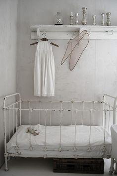 nursery & Dezuanni Eliason a white nursery & an iron crib! Iron Crib, Natural Nursery, Deco Kids, Ideas Para Organizar, Kids Decor, Home Decor, White Rooms, White Bedroom, Baby Kind