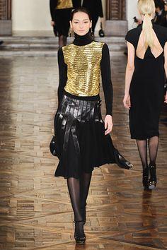 Invierno 2013 para Ralph Lauren: metalizados, diferentes texturas en negro, y un aire muy guerrero.