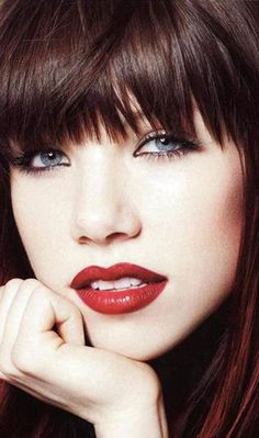 "Carly Rae Jepsen arrasou na revista ""Glamour"""