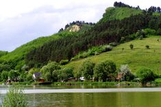 Szabadstrand, vadregényes táj és gyógyhatású, jó levegő vár Borsodban, az Arlói-tó partján.