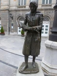 Statue d'étudiante à Oviedo