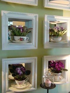 Expor violetas em caixinhas na parede.