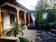 patio central en una casa rodeado por los tpicos corredores con terraza espaola