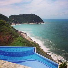 Olha essa piscinaaaa e essa vista? Juro que tem tartaruga marinha granadina tomando sol nas pedras! #guarujá #pool #beach #view #ocean #penhasco das #tartarugas