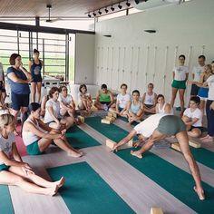 Workshop in Uberlândia, Brasil .  .  .  .  #yogaworkshop #iyengaryoga #premavatiyoga #yogasana #yogaphotography #parsvottanasana #uttanasana #gulphasana #urdhvaprasaritapadasana #adhomukhavrksasana #fullarmbalance #handstand #urdhvamukhasvanasana #lolasana #ekahastabhujasana #armbalances #prasaritapadottanasana #yogabrasil #internationalyoga #iyengar #yoga #workshop #yogizain #iyengayogi #instayogi  .  .  .  Fotos by @leandrosilvaphotography ✨