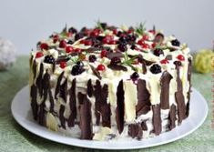 TORT CU CIOCOLATA SI FRUCTE DE PADURE Romanian Desserts, Cheesecakes, Sweet Treats, Birthday Parties, Birthday Cakes, Pudding, Sweets, Cooking, Food