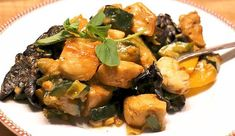 Feines Low Carb Rezept für ein asiatisches Hähnchenbrustgeschnetzeltes mit Erdnussmus, Knoblauch, Sojasauce und Mu-Err-Pilzen.