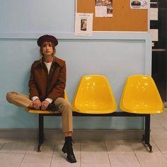 Ledersessel Mit Hocker Product ID: 3375348855 - ideen - Fotografie High Fashion Photography, Film Photography, Photography Aesthetic, Poses References, Fashion Poses, Photoshoot Fashion, Jolie Photo, Editorial Fashion, Vintage Fashion