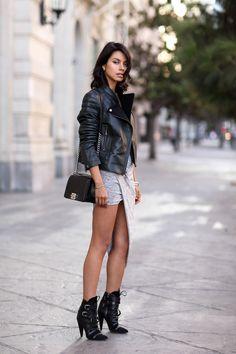 Lederjacke+kombinieren:+Sexy+zu+Jerseykleid+und+Stiefeletten