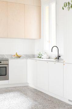 heju architecture renovation paris appartement haussmannien minimaliste 22 Smart Kitchen, Diy Kitchen, Kitchen Interior, Kitchen Decor, Kitchen Design, Kitchen Cabinets, Architecture Parisienne, Small Kitchen Layouts, Timeless Kitchen