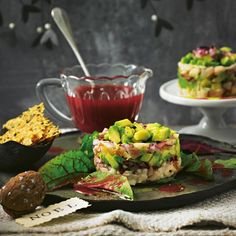 Forellen-Avocado-Tatar mit Käse-Crackern - BRIGITTE Tapas Party, Bar Menu, Appetizer Dips, Food Menu, Buffet, Seafood, Sweet Tooth, Food Porn, Gourmet