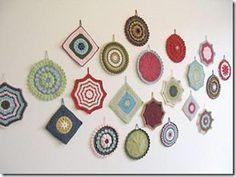 Quadradinhos, squares, de crochê compondo alegremente a decoração da parede