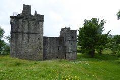 Nördlich der Ortschaft Kilmartin liegt auf einer Anhöhe die Ruine von Carnasserie Castle.  Die im 15. Jahrhundert für den protestantischen Bischof John Carswell errichtete Burg mag auf den ersten Eindruck eher etwas trist und unscheinbar erscheinen, denn beim Weg hoch zur Burg ist zunächst nur ein Großteil des dunkelgrauen Turms der Burgruine zu sehen. Doch ein näherer Blick lohnt sich…