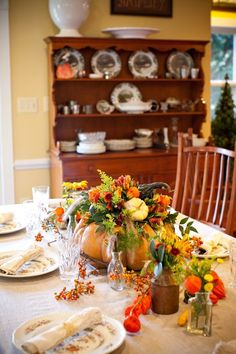 If you're searching for seasonal inspiration for your Thanksgiving tablescape, look no further—Holly Heider Chapple has designed the most gorgeous, organic spread and given you the steps to recreat. Pumpkin Centerpieces, Thanksgiving Centerpieces, Diy Thanksgiving, Centrepiece Ideas, Table Decorations, Flower Power, Fall Flower Arrangements, Autumn Decorating, Fall Table