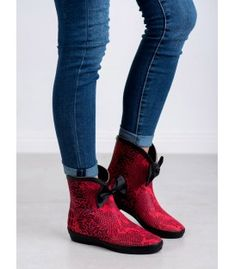 Kylie's red wellies are beautiful footwear with an animal motif, ideal for active women who, even in bad weather, love to walk. The shoes have a comfortable, rubber surface and a Red Wellies, Ladies Wellies, Soft Heels, Winter Heels, Types Of Heels, Kylie, Footwear, Ankle