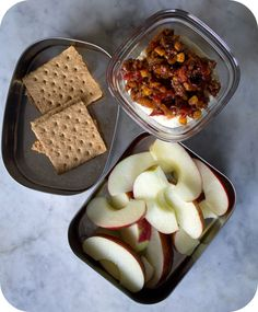 Easy lunch box ideas: Leftover cheesy polenta with barbecue ground turkey with red bell peppers; salted apple slices; and PB&J graham cracke...