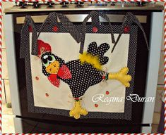 Aprende cómo hacer fundas decorativas para el horno de tu cocina ~ Mimundomanual Kitchen Hot Pads, Sewing Projects, Projects To Try, Rooster Art, Rooster Kitchen, Chickens And Roosters, Scroll Saw Patterns, Quilted Wall Hangings, Thanksgiving Decorations