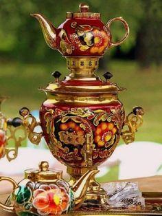 This is beautiful. Tea set from Russia. Chocolate Pots, Chocolate Coffee, Tee Kunst, Russian Tea, Tea Culture, Teapots And Cups, Tea Art, Tea Service, My Tea