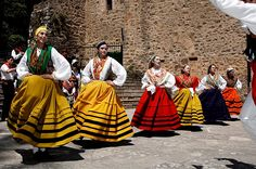 Folklore de Cantabria | Spain Spanish Costume, Born To Run, Dancing In The Rain, Traditional Outfits, Folk Art, Around The Worlds, Costumes, Celebrities, People