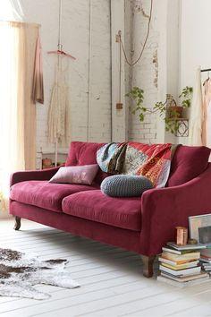 decoração com sofá colorido, sofá bordô, parede de tijolos a vista branca