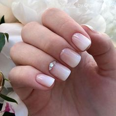 False nails have the advantage of offering a manicure worthy of the most advanced backstage and to hold longer than a simple nail polish. The problem is how to remove them without damaging your nails. Types Of Nails Shapes, Different Nail Shapes, Nail Shapes Squoval, Acrylic Nail Shapes, Pointy Nails, Gel Nails, Squoval Acrylic Nails, Coffin Nails, Bridal Nails