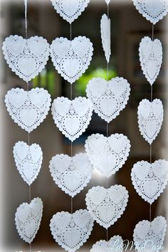Artículos similares a Paper hearts garlands, wedding backdrop, photo props , DOILY Hearts, paper garland, heart garland, wedding mobile, bridal shower decor en Etsy