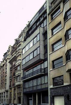 Immeuble d'habitation (1932) 24, rue Nungesser et Coli et rue de la Tourelle Boulogne-Billancourt 92100. Architecte : Le Corbusier. Très innovant, cet immeuble propose une façade de verre permettant une insolation maximale. L'intérieur est en plan libre, outre les blocs cuisines et salles de bains. Le Corbusier fit son appartement et son atelier aux deux derniers étages de l'immeuble.