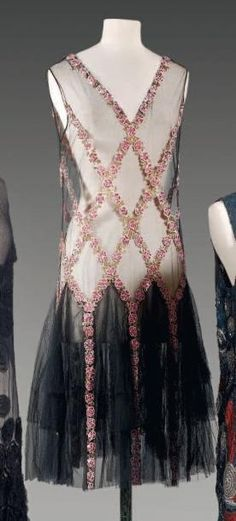 Evening dress ca 1925 - more → http://fashiononlinepictures.blogspot.com/2012/06/evening-dress-ca-1925.html