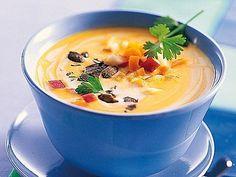 Für die meisten ist Kürbiscremesuppe etwas für die kalte Jahreszeit. Mit fruchtigen Apfelstückchen schmeckt sie aber sommerlich und frisch und kann auch bei wärmeren Temperaturen serviert werden.
