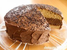 One of Norway& most popular chocolate cakes! One of Norway& most popular chocolate cakes! Let Them Eat Cake, Sweet Recipes, Icing, Cake Decorating, Food And Drink, Bread, Cookies, Fruit Cakes, Chocolate Cakes