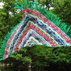 vliegende samba rose Crochet Scarves, Crochet Shawl, Crochet Patterns, Blanket, Knitting, Caron Cakes, Crafting, Greek Chorus, Ponchos