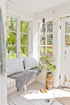 sunroom of my dreams. reminds me of meg& old porch. :) sunroom of my dreams. reminds me of megs old porch. Cozy Cottage, Cottage Style, Indoor Sunrooms, Coin Banquette, Estilo Country, Country Style, My Dream Home, Beautiful Homes, Living Spaces