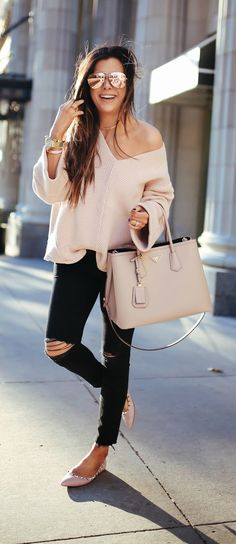 Gorgeous Casual Jean Outfit // Black ripped jeans, rose light pink off the shoulder sweater, and nude pink handbag. Great outfit for running errands or brunch! Mode Outfits, Fall Outfits, Fashion Outfits, Pink Sweater Outfit, Cute Casual Outfits, Fashion Mode, Look Fashion, Fashion Trends, Fashion Ideas