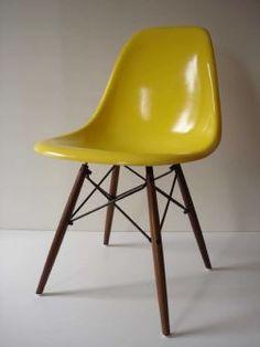 Vintage Eames stole i gul eller grågrøn. DaCapo i Borggade har dem Modern Chairs, Modern Furniture, Furniture Design, Vintage Furniture, Vintage Yellow, Vintage Modern, Eames Chairs, Mid Century Modern Design, Cool Chairs