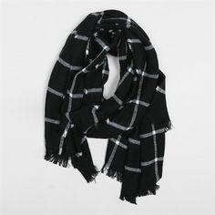Pimkie.fr : On aime le côté oversize de l'écharpe à carreaux qui se décline dans les tons phares de la saison.