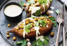 Süßkartoffeln mit Kichererbsen und Tahinsauce Chili, Baked Potato, Potatoes, Baking, Ethnic Recipes, Food, Meat, Vegan Dishes, Fennel