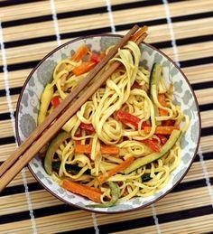 Nouilles sautées au lait de coco, curry et légumes croquants