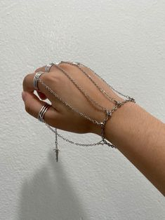 Grunge Accessories, Grunge Jewelry, Jewelry Accessories, Hand Jewelry, Cute Jewelry, Jóias Body Chains, Accesorios Casual, Hand Chain, Ear Piercings